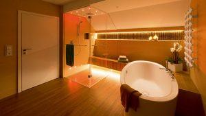 Eine bodenebene Dusche in einem großen, luxuriösen Bad.