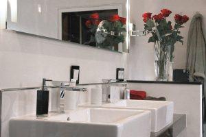 Ein Rosenstrauß ist nicht nur zum Valentinstag eine passende Dekoration im Bad.