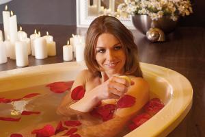 Ein ausgiebiges Wannenbad ist ein kleiner Luxus, den Sie sich immer wieder einmal gönnen sollten. Foto: Mauersberger